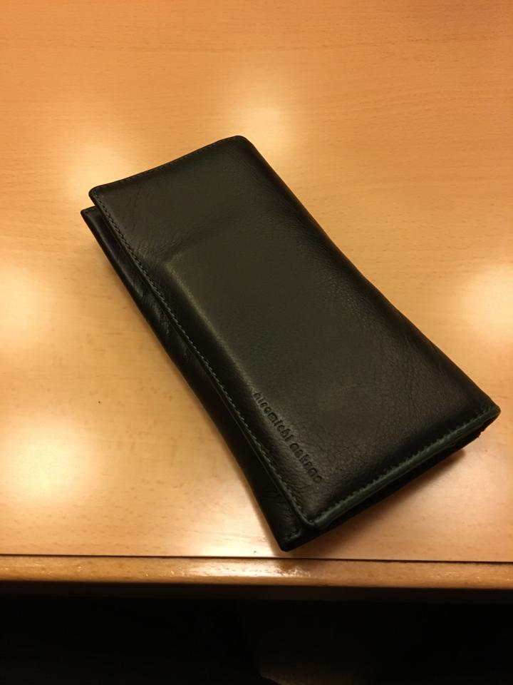 【拡散希望】 知り合いが高岡駅で黒い長財布落としたそうです。画像は俺の財布ですが、これに竜の彫り物がしてあるような財布だそうです。もしかして?と思った方、リプ下さい。 https://t.co/sEQYSHmczw