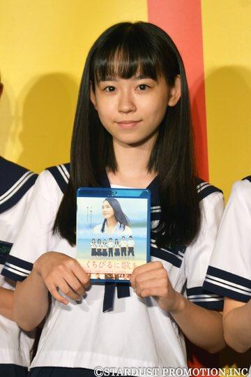 DVDを持っている柴田杏花