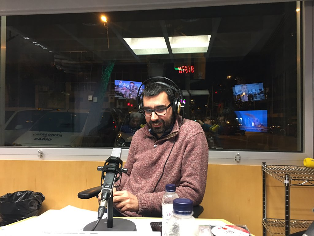 Gent fent-se selfies darrere d'@albertmurillo durant el programa a @CatalunyaRadio. Ens encanta! https://t.co/oRegqmPMtg