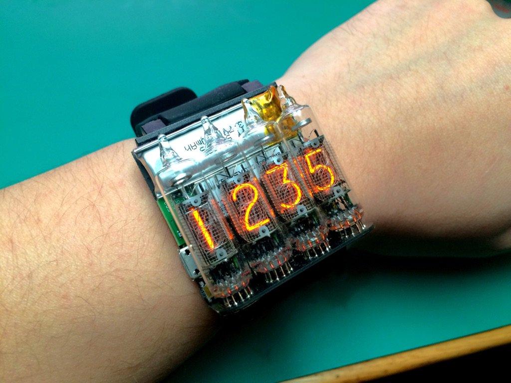 ニキシー管で腕時計の許されるサイズはこの辺りが限界じゃないかなあ https://t.co/MgS9Mq2Kxi