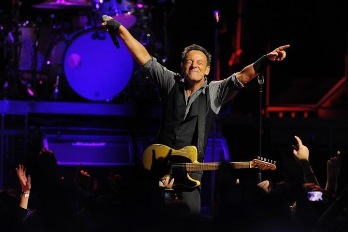 "Review: Bruce Springsteen and E Street Band crowd down to ""The River"" in classic show https://t.co/j2ONGXyjm9 https://t.co/QdIYWMPB5Z"