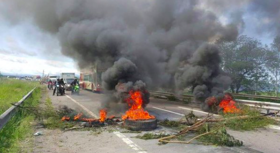 Todos los accesos a San Salvador de Jujuy bloqueados por la @PrensaTupac pidiendo la libertad de @SalaMilagro https://t.co/v2vxfCNdua