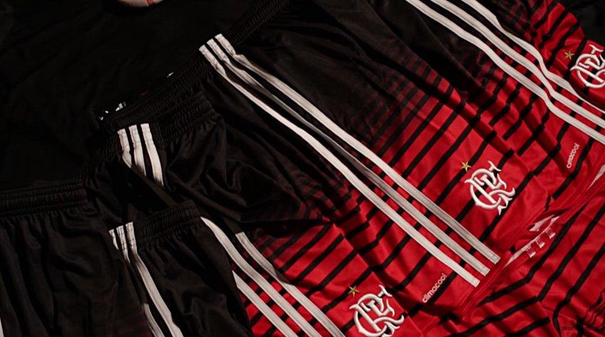 ... do Flamengo que tem no calção o principal destaque   http   www.mantosdofutebol.com.br 2016 01 terceira-camisa-do-flamengo-2016- adidas-uniforme-urubu  ... 66cf75c91d749
