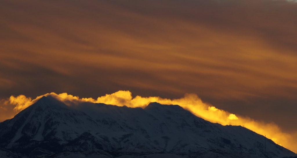 Tweet from @CharBailey5479: Sunrise shroud on Mt. Timpanogos - have a great day! #utwx #utah