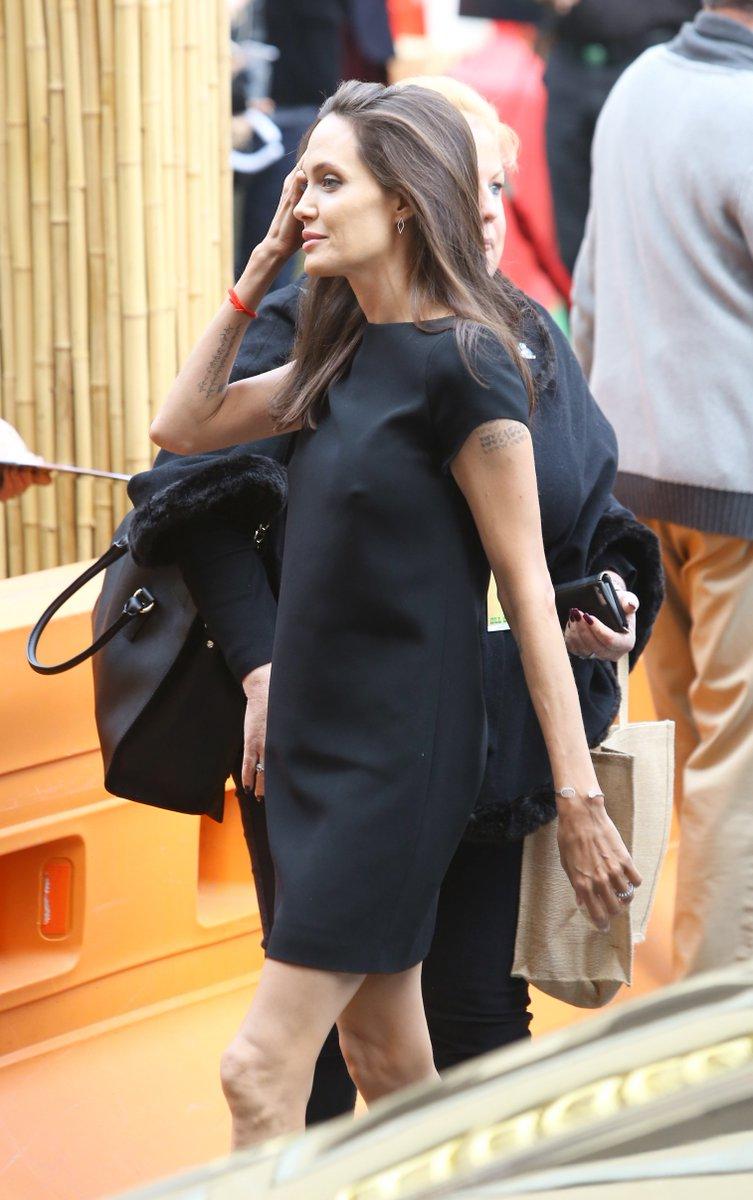 """Angelina Jolie scioccante, sempre più magra: mostra le gambe alla premier di """"Kung Fu Panda 3"""""""