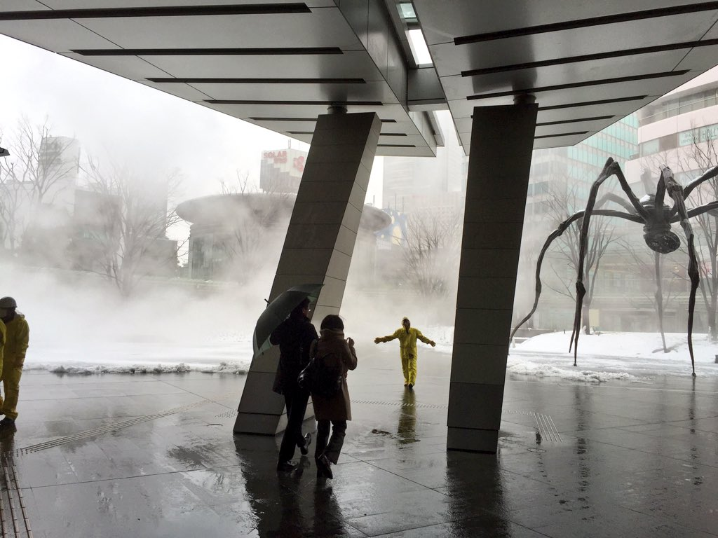 六本木ヒルズに謎の煙…駅までの通路が封鎖されてる https://t.co/VYbir811U5