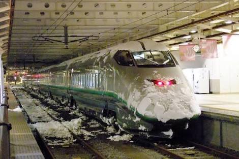 関東は10センチの雪でダイヤが乱れるのか…なんとまぁ、貧弱貧ですこと!!ここで山形の電車を見てみましょう pic.twitter.com/52bx8CJRKf