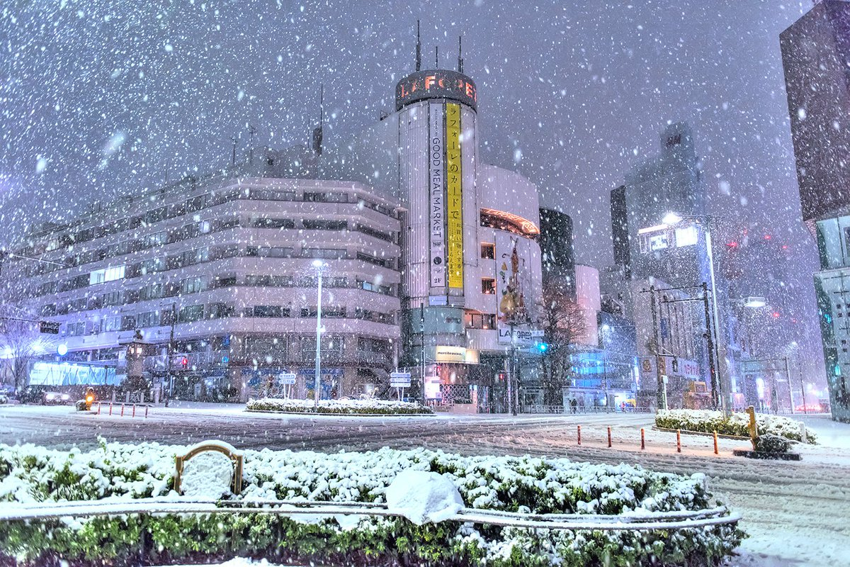 Snowy night in Harajuku! Uploaded some Tokyo snow pics on Flickr + more to come! #原宿 #雪 https://t.co/9DIHzkBW7w https://t.co/eIlDQrH1ZN