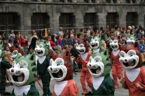 ドイツや日本の猫祭りがかわいいとか話題になってるけど、本来ヨーロッパの猫祭りは「魔女狩りの時代に魔女使い魔とされ虐殺された猫の鎮魂」の意味があるし、本場ベルギーの猫祭りは、究極の「コレジャナイ感」が襲ってくるぞ。 https://t.co/m3NErE19Vr