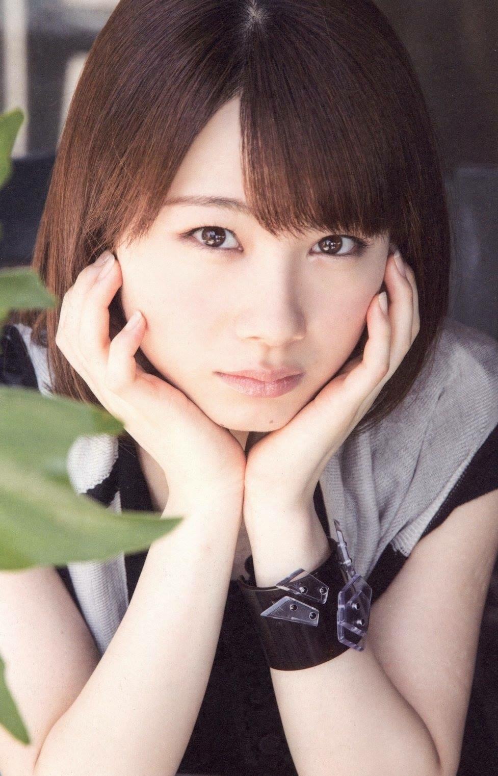頬杖をついている石田亜佑美
