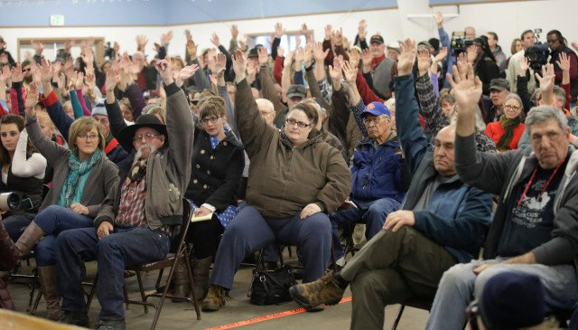 Local residents made it clear: they'd like the #BundyMilitia to leave https://t.co/g6YJ2Tr8n1 Pic: Rick Bowmer/AP https://t.co/E9CTdwLFNS