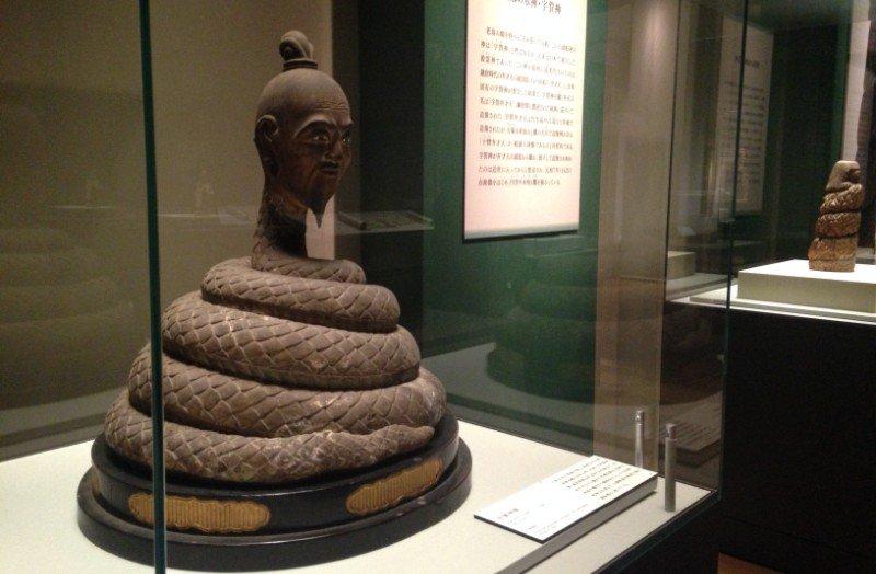 頭がおじいさんで体が蛇!の宇賀神。日本で考えられたの?と思うほどものすごい姿ですが、穀霊とか、水の神、といわれる日本古来の神様なんです。今日から陳列の本山寺像とその横に並ぶ木食さんの像の対比も楽しいですよ♪ https://t.co/f9NrnhjTF6
