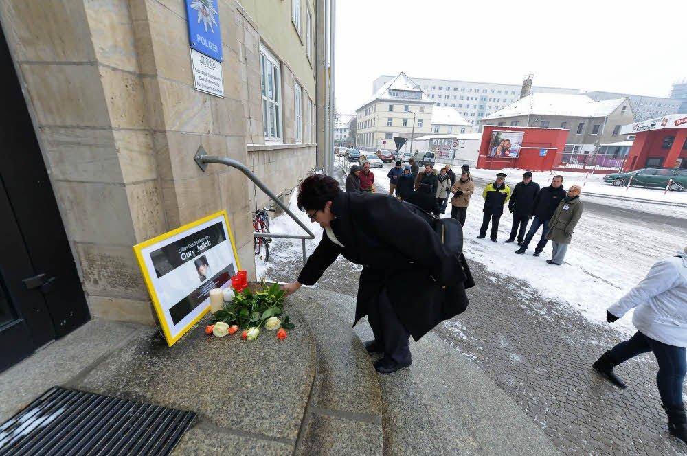 Menschen erinnern vor Polizeirevier #Dessau an Tod von #OuryJalloh vor genau elf Jahren. https://t.co/YuTCuojEJY