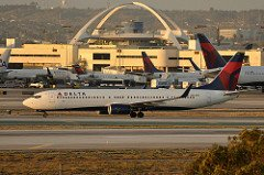 Big news @flyLAXairport, @Delta has inked a deal to move to terminals 2 and 3: https://t.co/RnOWkl1Vdv https://t.co/7jwF8fXolQ