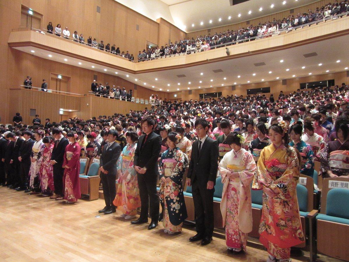 南相馬市の成人式が始まりました。 式の始めには東日本大震災で犠牲になられた方々へ黙祷を捧げました。 お友達の遺影を持って参加されている方もいるようです。 式辞や祝辞、来賓紹介に続き次はちょっとしたスライドショーです。 https://t.co/wOr8mFJHqU