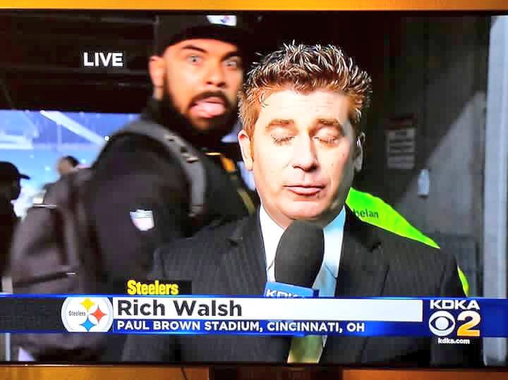 Pretty good photobomb by @CamHeyward last night after the game on KDKA-TV @CBSPittsburgh https://t.co/6cODgHUWBF