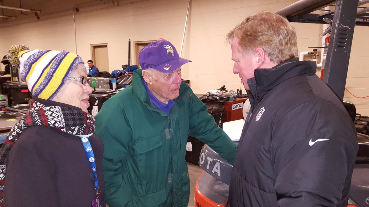 """Bud Grant to NFL staffer: """"Would you hold my jacket while I go out for the toss & show how we love this weather?"""" https://t.co/yRMHmb0P5q"""