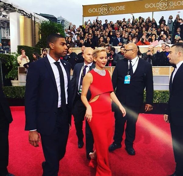 .@HugoGloss, o que achou do look da #JenniferLawrence no #GloboDeOuro? <br>http://pic.twitter.com/YdtfFeWcHc