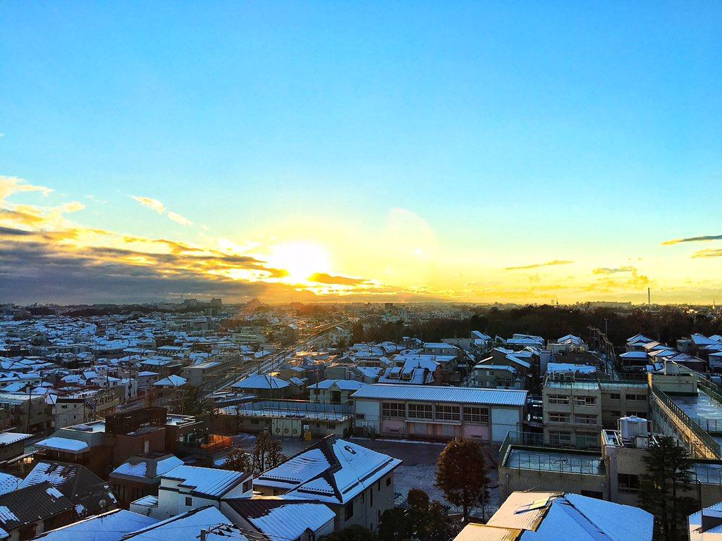 トーキョーは雪化粧のまま日が傾いてまた違った風情に https://t.co/NhGW9TXXhK