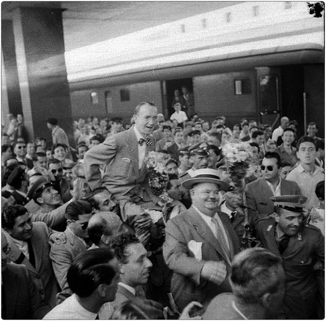 Stanlio e Ollio alla Stazione Termini, #Roma 1952  #NatiOggi #18gennaio #OliverHardy  @OldCinemas @TrastevereRM https://t.co/tUmCJYZLre