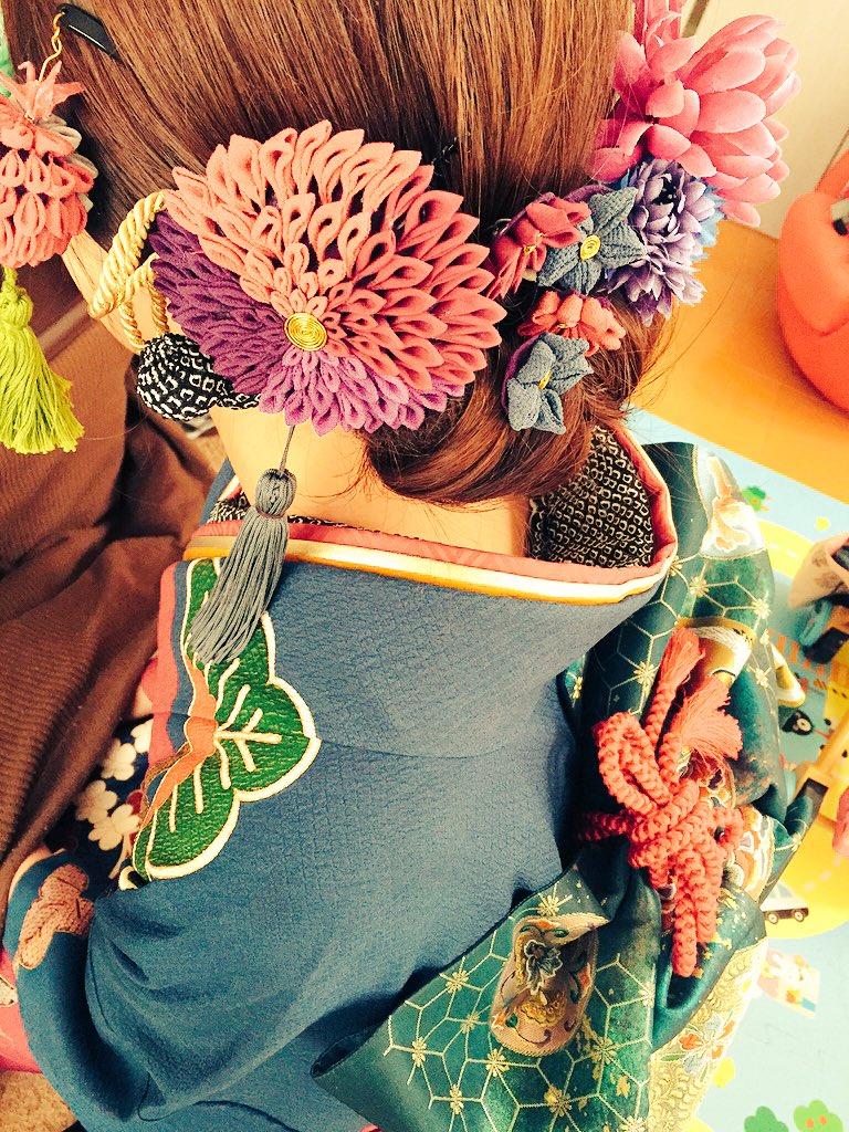 従姉妹が成人式だったんだけど、全身自分でプロデュースした振袖が可愛すぎた…!!つまみ飾りは全部手作りだよ!成人おめでとうございます!!!
