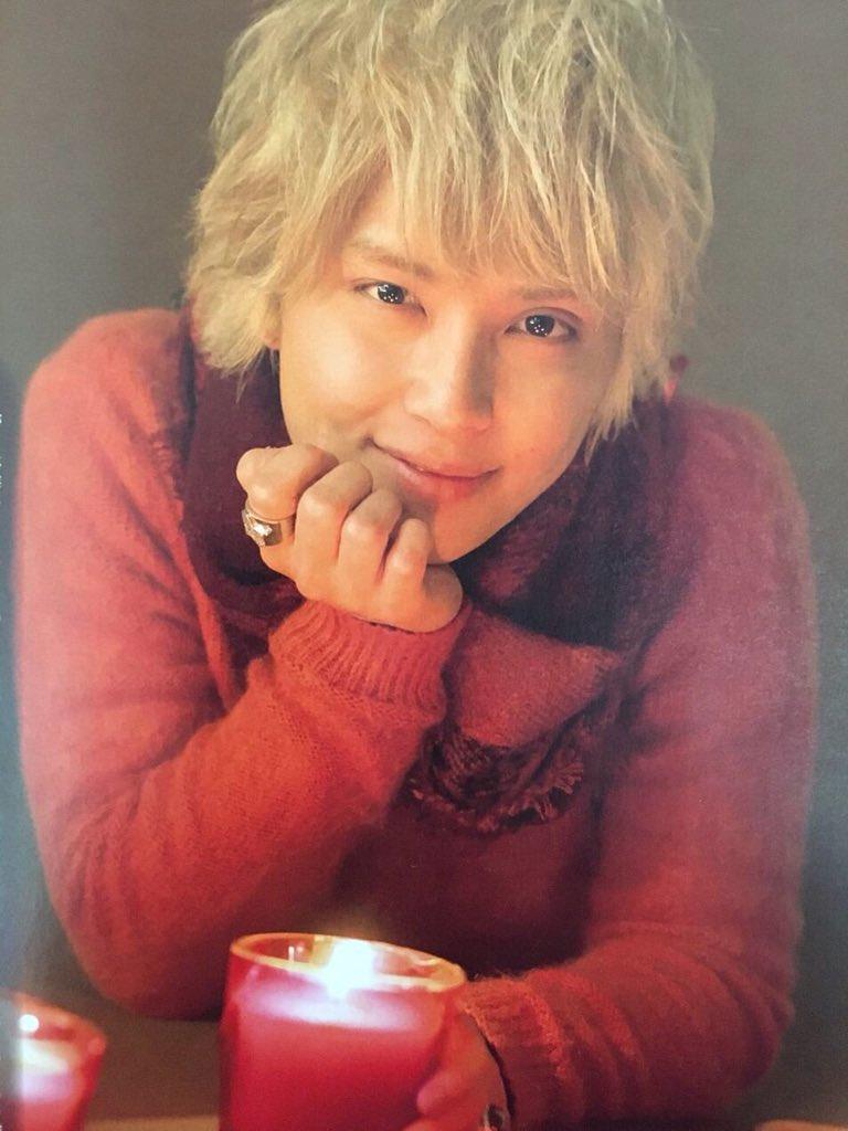 頬杖をついて微笑んでいる赤いシャツを着た手越祐也のかわいい画像