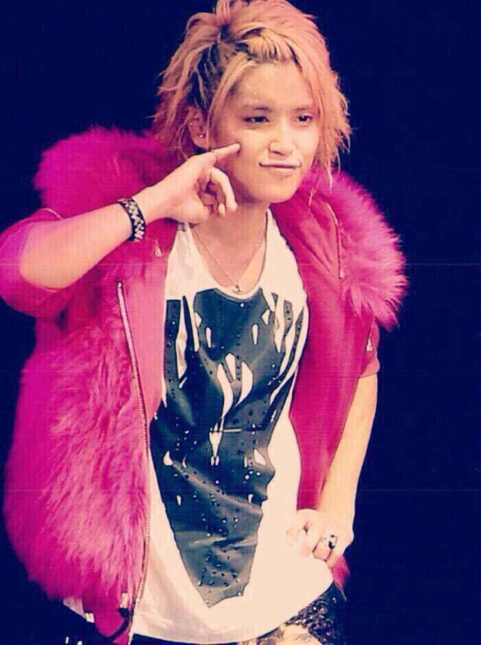 ふわふわのピンクの衣装を着ている手越祐也のかわいい画像