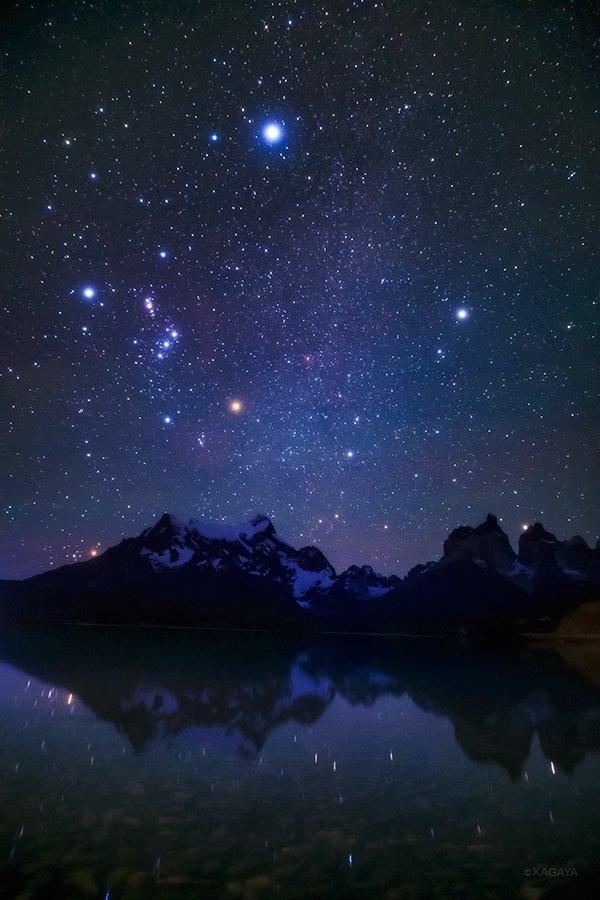 風が強いパタゴニア。未明になって突然風が止み、荒れていた湖面が星々を映しました。写真上の明るい星はシリウス。逆さの冬の大三角。(一昨日撮影) pic.twitter.com/9DuzGoCb4w