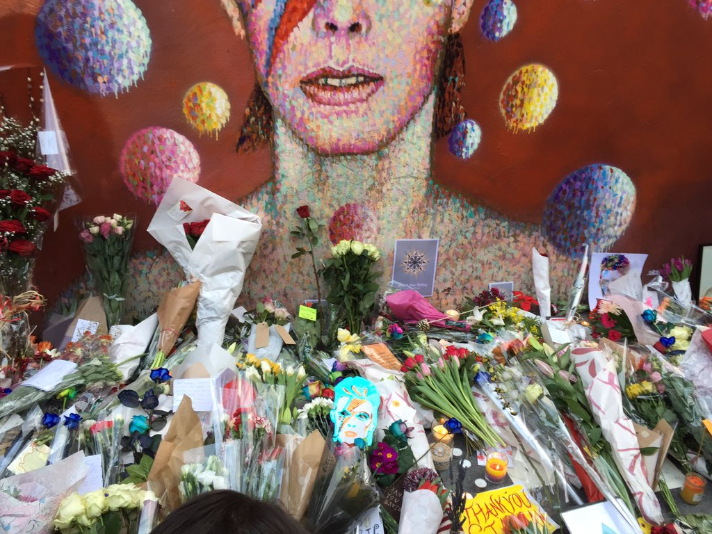 Had to stop at the David Bowie mural in Brixton, flowers and tributes are growing, fans are dressed as Ziggy... https://t.co/9blUeSU5k8