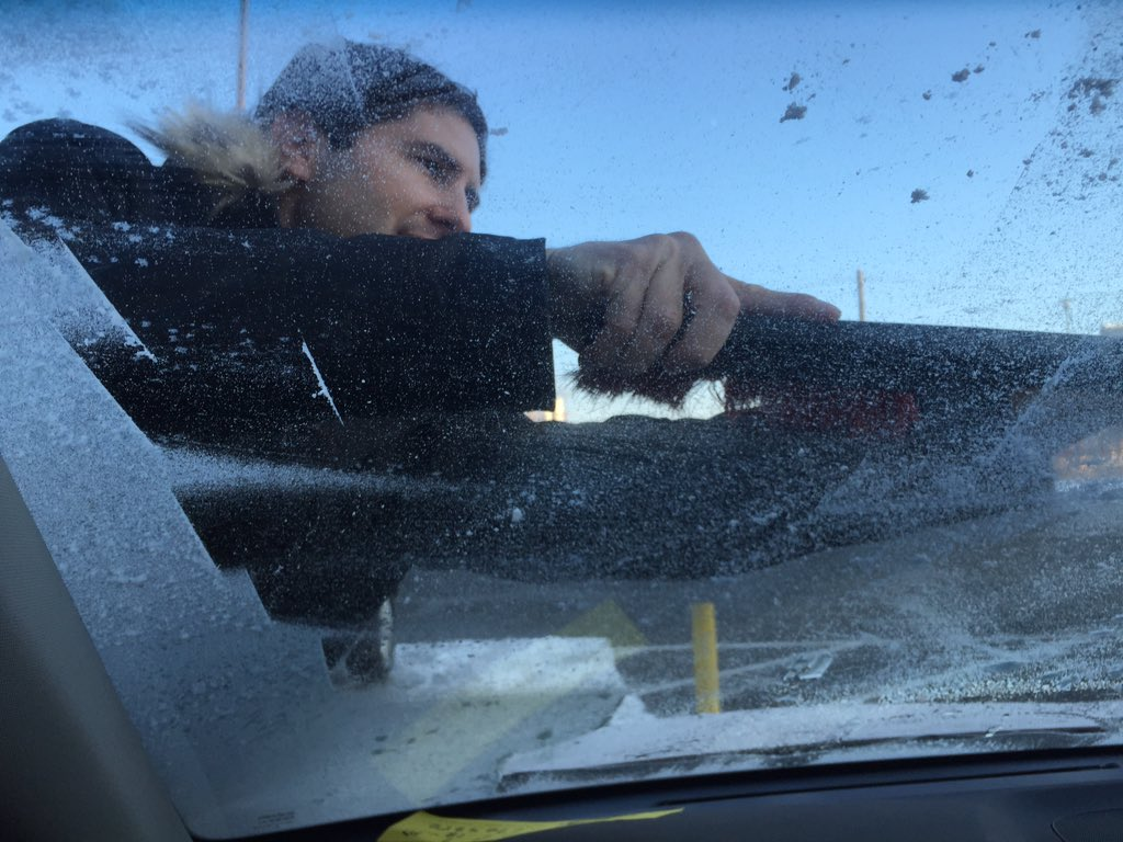 Newbery Award winner Matt de la Peña cleans my windshield. https://t.co/Sosd4eu1O3