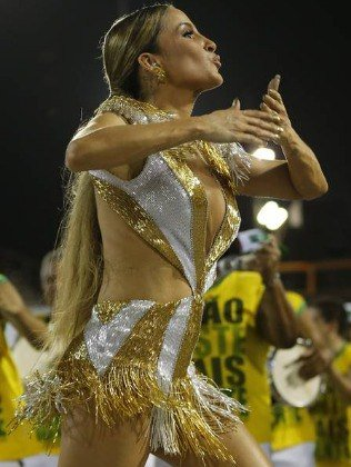 Claudia Leitte samba com look de 2,5kg de cristais e pedrarias na Sapucaí https://t.co/kHcCBYm4UC https://t.co/eBBaHrvM4k