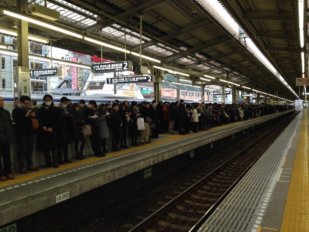 綾瀬駅千代田線ホームは人であふれていて、入れません。反対側の常磐線ホームはがら空き。犯人やブルーシートは、こちらからは確認できません。 https://t.co/Nagd1BSO5v
