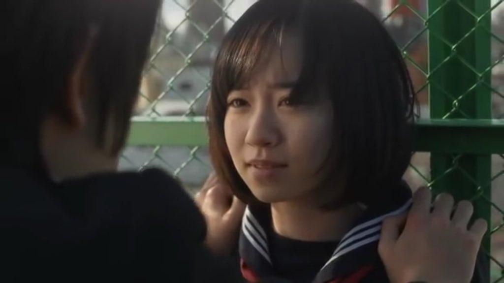 フェンスに押さえつけられている柴田杏花