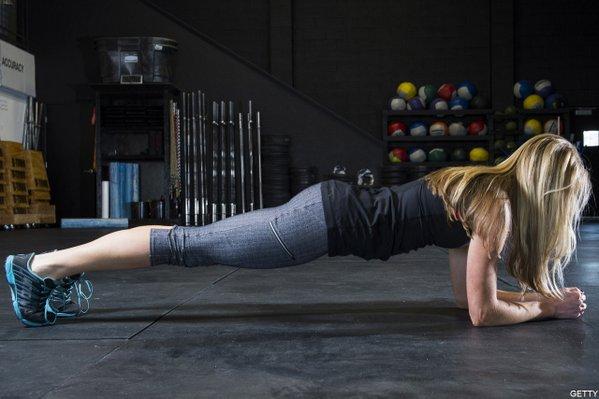 腹筋運動は時代遅れ https://t.co/shzhD1sAqL 専門家の多くは腹筋運動が背中の痛みにつながる可能性を指摘。写真の「プランクポーズ」の方がより多くの筋肉を使い、背中を痛める可能性も低いそうです(アーカイブから)