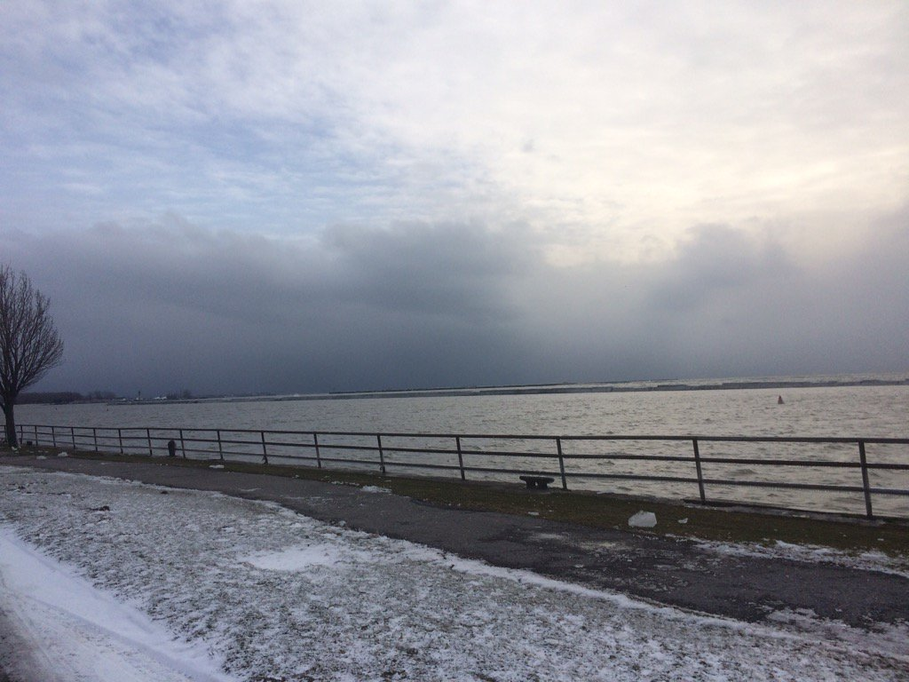 Heavy snow band approaching Buffalo. @WGRZ https://t.co/2cbXYC6iFY