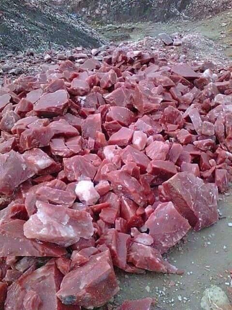トルコ人の知り合いが撮影した物。渓谷に肉の塊が散乱してるのかと思ったら岩だった。新鮮な肉の塊にしかみえない pic.twitter.com/0lH6JYmktN