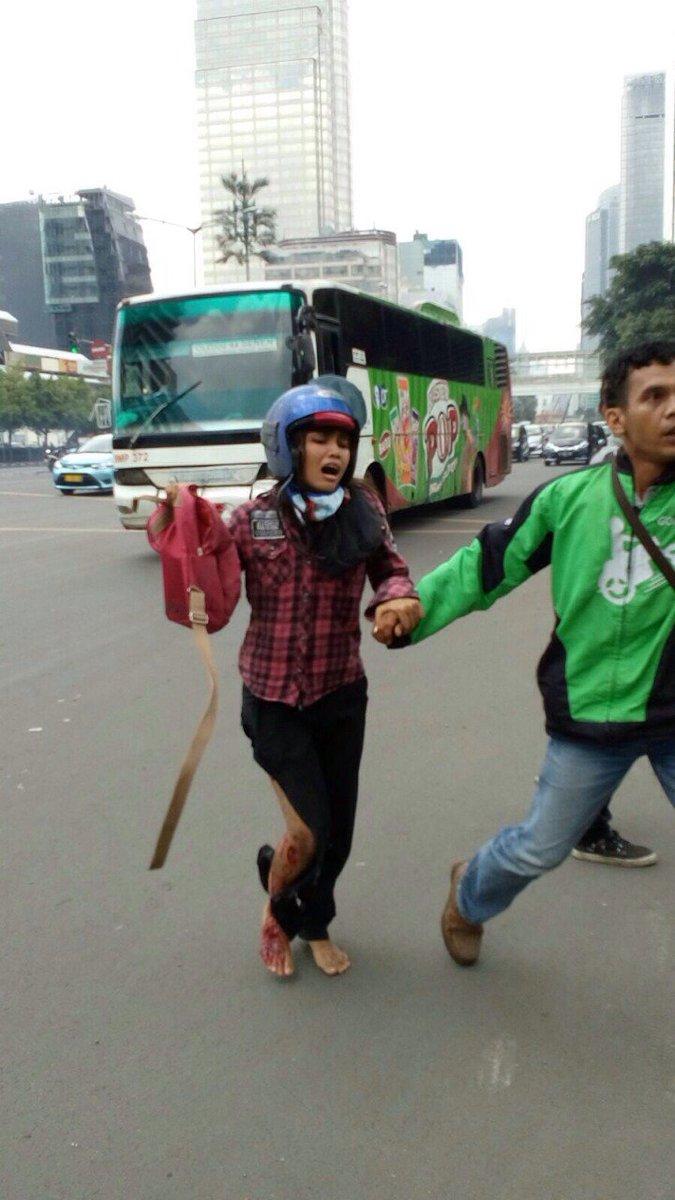 Foto pengemudi Gojek yang nekat ke area pengeboman demi menyelamatkan seorang wanita yang tampak terluka