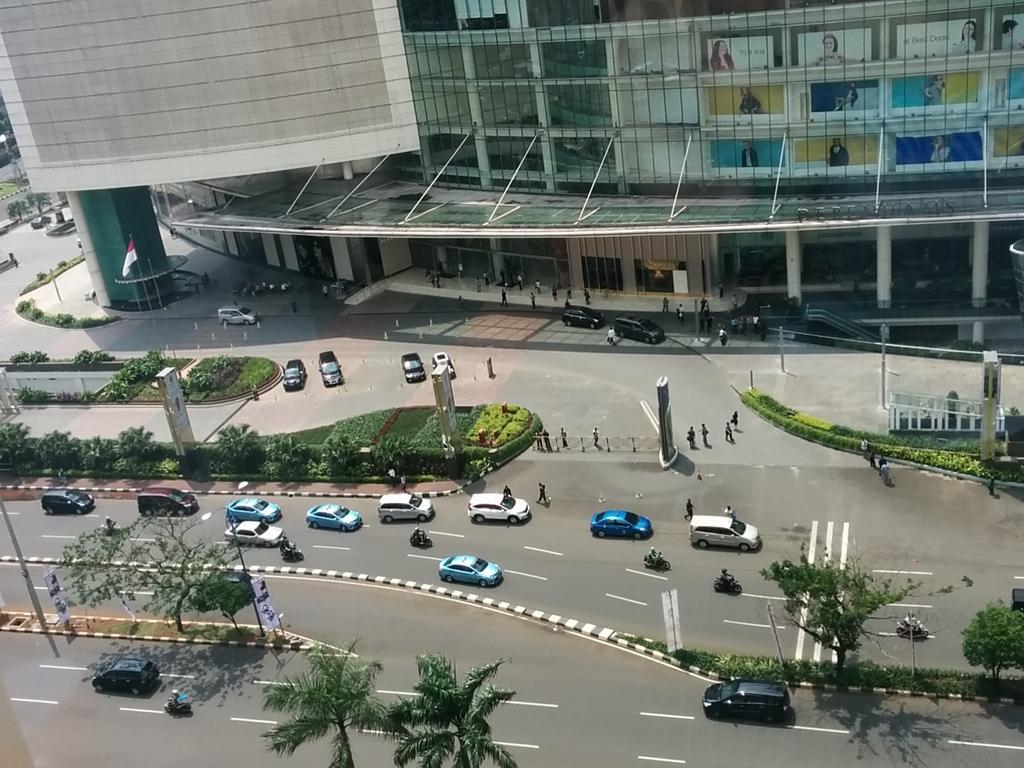 Senayan (Jl. Asia Afrika) sejauh ini aman.  Sidenote: Mobil yg masuk Sency dibatasi oleh sekuriti  #SafetyCheckJKT https://t.co/MJUx2fNH8W