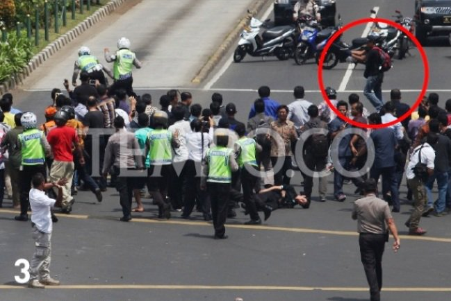 EKSKLUSIF TEMPO: Momen Penembakan Polisi Oleh 2 Terduga Teroris Bom Sarinah https://t.co/eCBXeF7uIp #PrayforJakarta https://t.co/arzn8B4sps