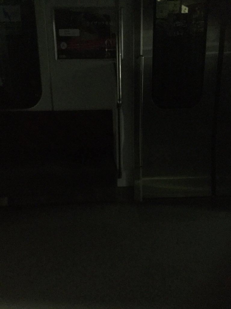 山手線が緊急停車して車内の電気が一部消えた。窓の外から異音も響いている。ホラーゲームならそろそろ何かが来るはず……。武器はどこに落ちていますか(´・_・`) https://t.co/iUM6KxoagA