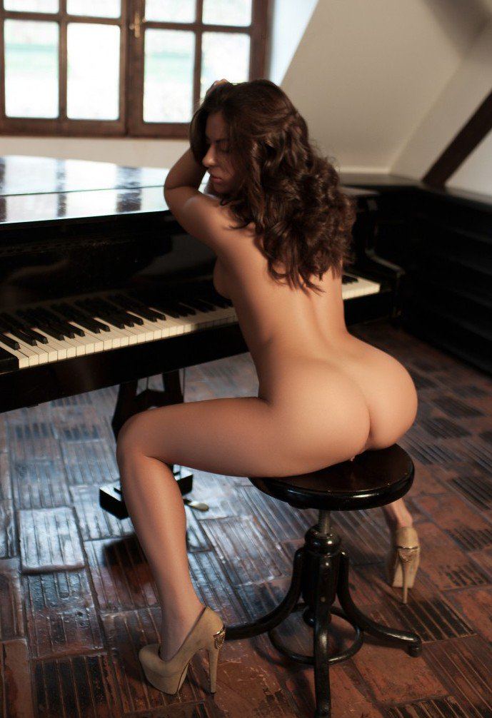 girl nude on piano