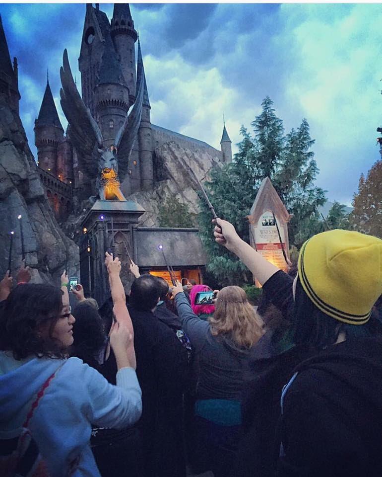 Harry Potter fans at Hogwarts in Universal Studios raising their wands for Alan Rickman #RIPAlanRickman