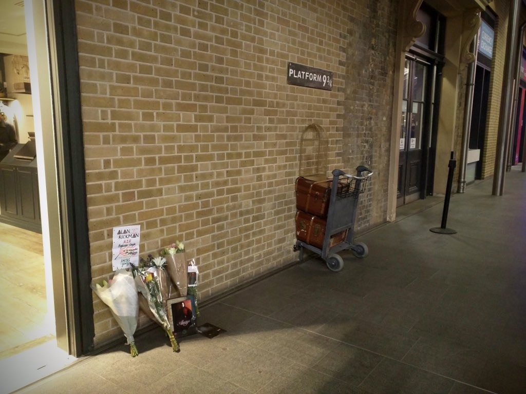 People have been leaving flowers at King's Cross station and the Wizarding World of Harry Potter. #RIPAlanRickman https://t.co/6CKq4NkMuk
