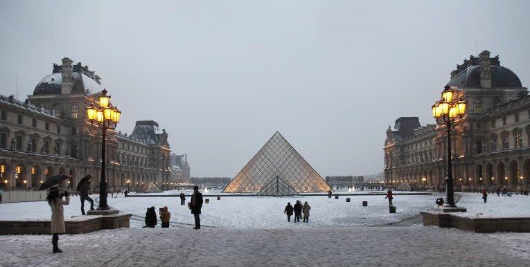 #Winteriscoming …On espère ❄️  Pyramide du Louvre sous la #neige https://t.co/xHrJMlJI3T