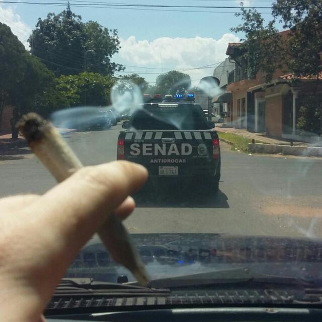 El tipo saca foto a una camioneta de la SENAD mientras maneja y se fuma un porro. Un poema. https://t.co/vHnDenaGvO