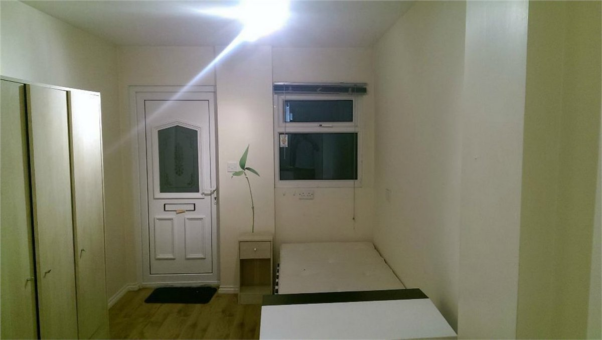 £910pcm #nw4 'Modern studio with own entrance'. YES, YOU'LL BE SLEEPING IN THE ENTRANCE.  #ldn  #housingcrisis https://t.co/fRNkZOjlQm