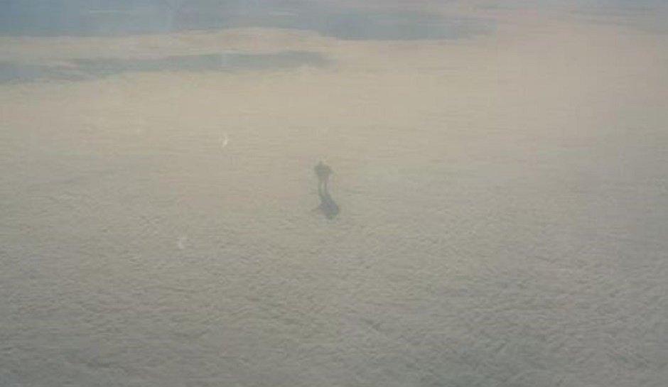 """Incredibile Fotografia virale: un """"gigante di ferro"""" che cammina sulle nuvole"""