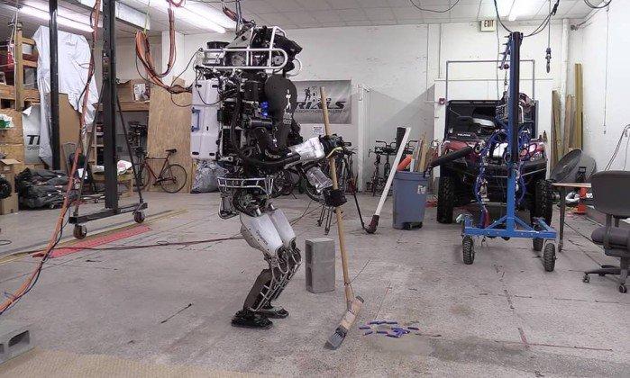 Робот ATLAS стал профессиональной домработницей