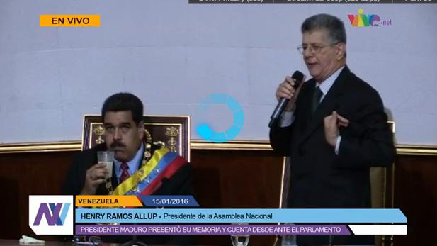 Esta foto de Maduro aguantando el chaparrón de @hramosallup, no tiene precio https://t.co/n37oSx6Fmq