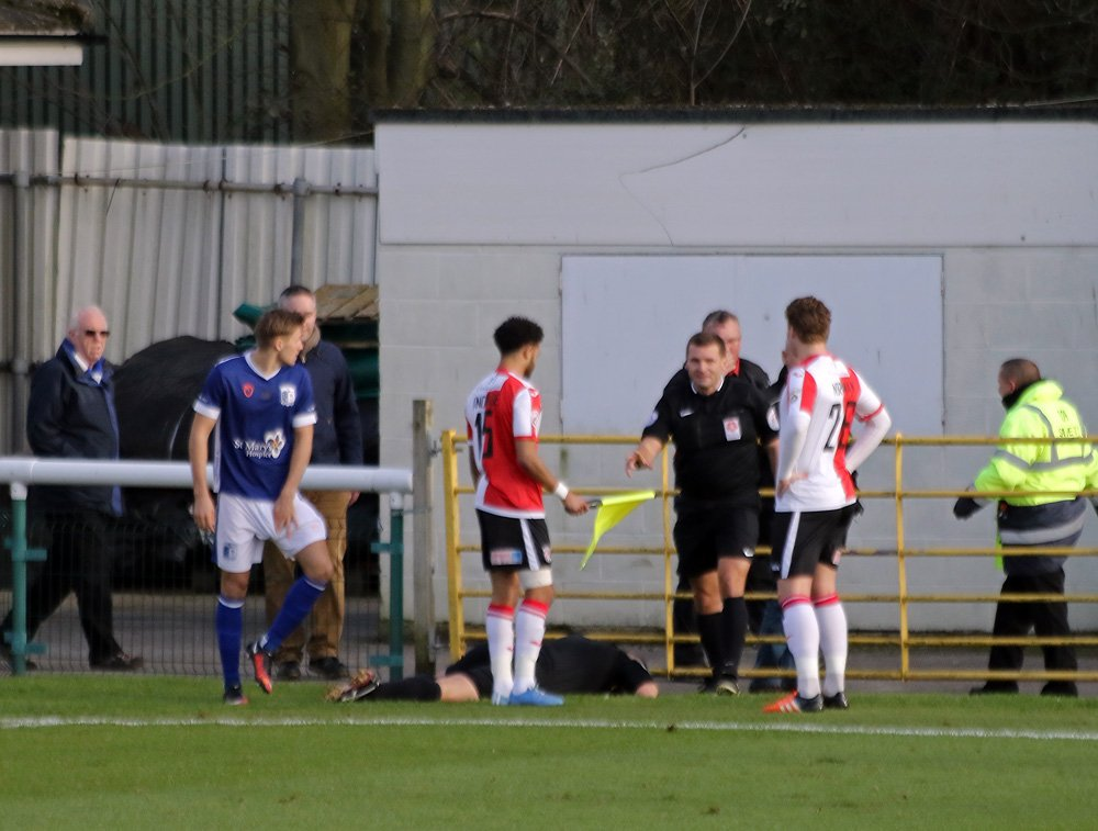 01 | Hold up in play here as the linesman is down following a ball to the face, he's being subbed off! https://t.co/zXPaQAZyZj